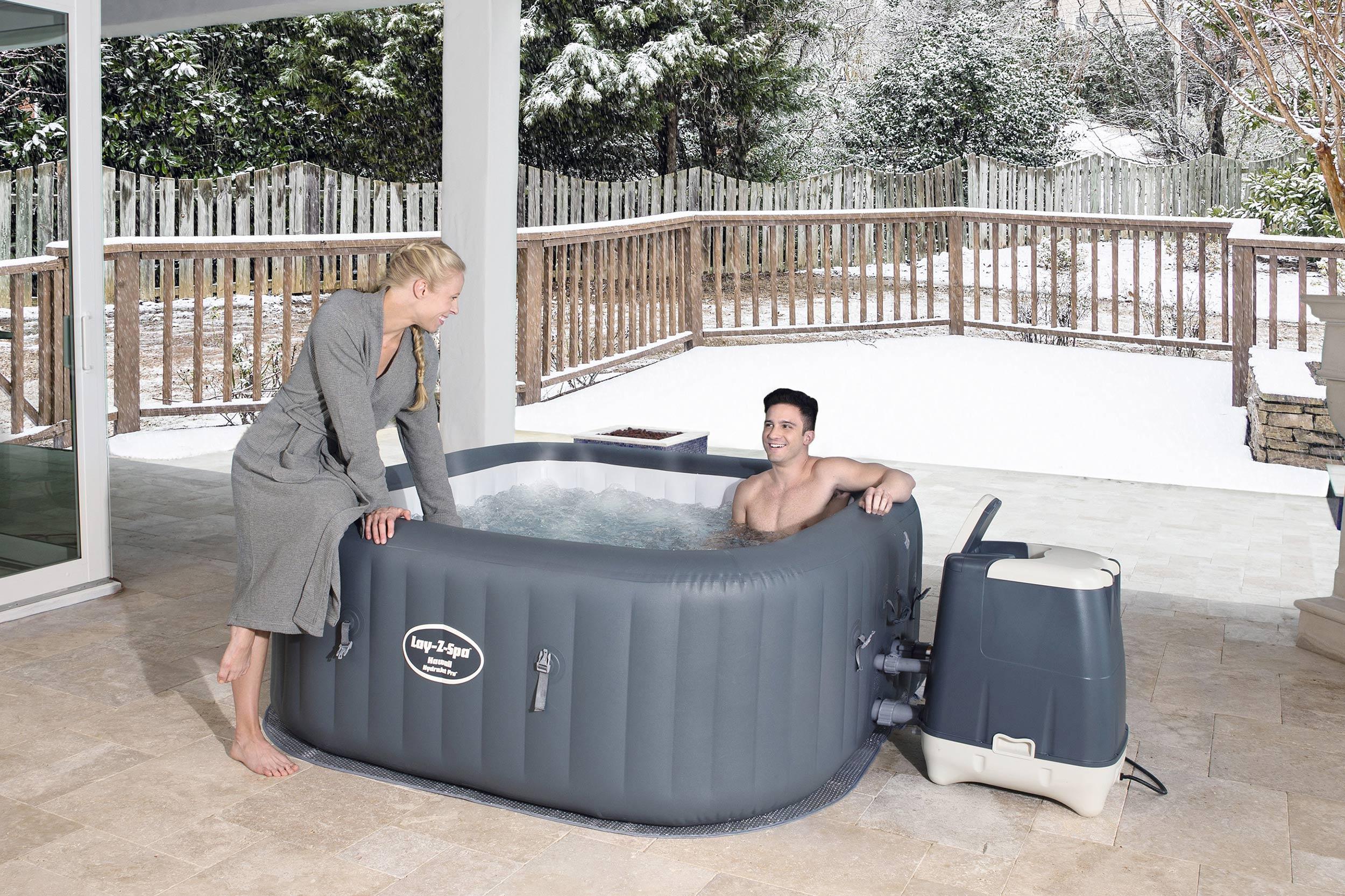 Ein Paar badet im Whirlpool im Außenbereich im Winter