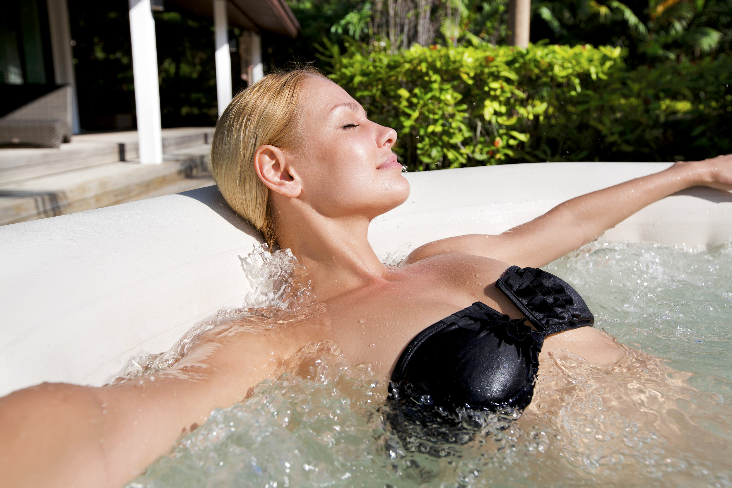 Junge Frau ruht sich im Whirlpool aus
