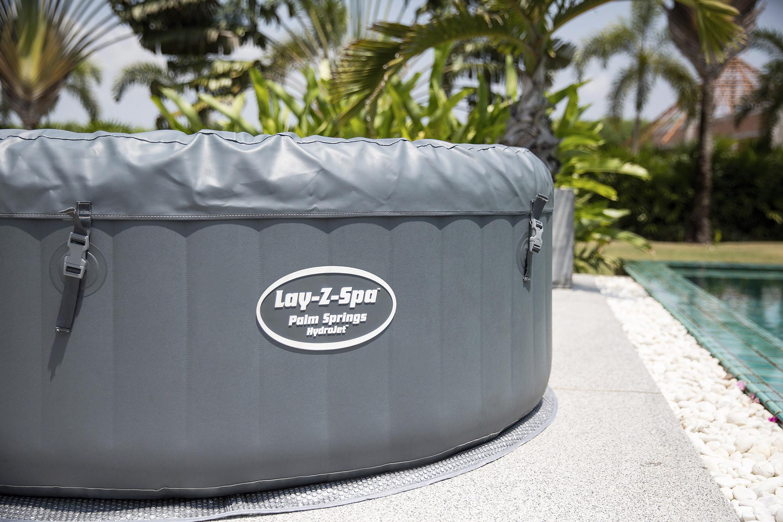 Der Lay-Z-Spa Palm Springs Hydrojet mit Abdeckung und wärmeisolierender Bodenmatte