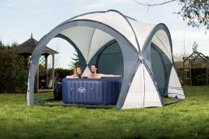 Pavillon für aufblasbaren Whirlpool im Garten