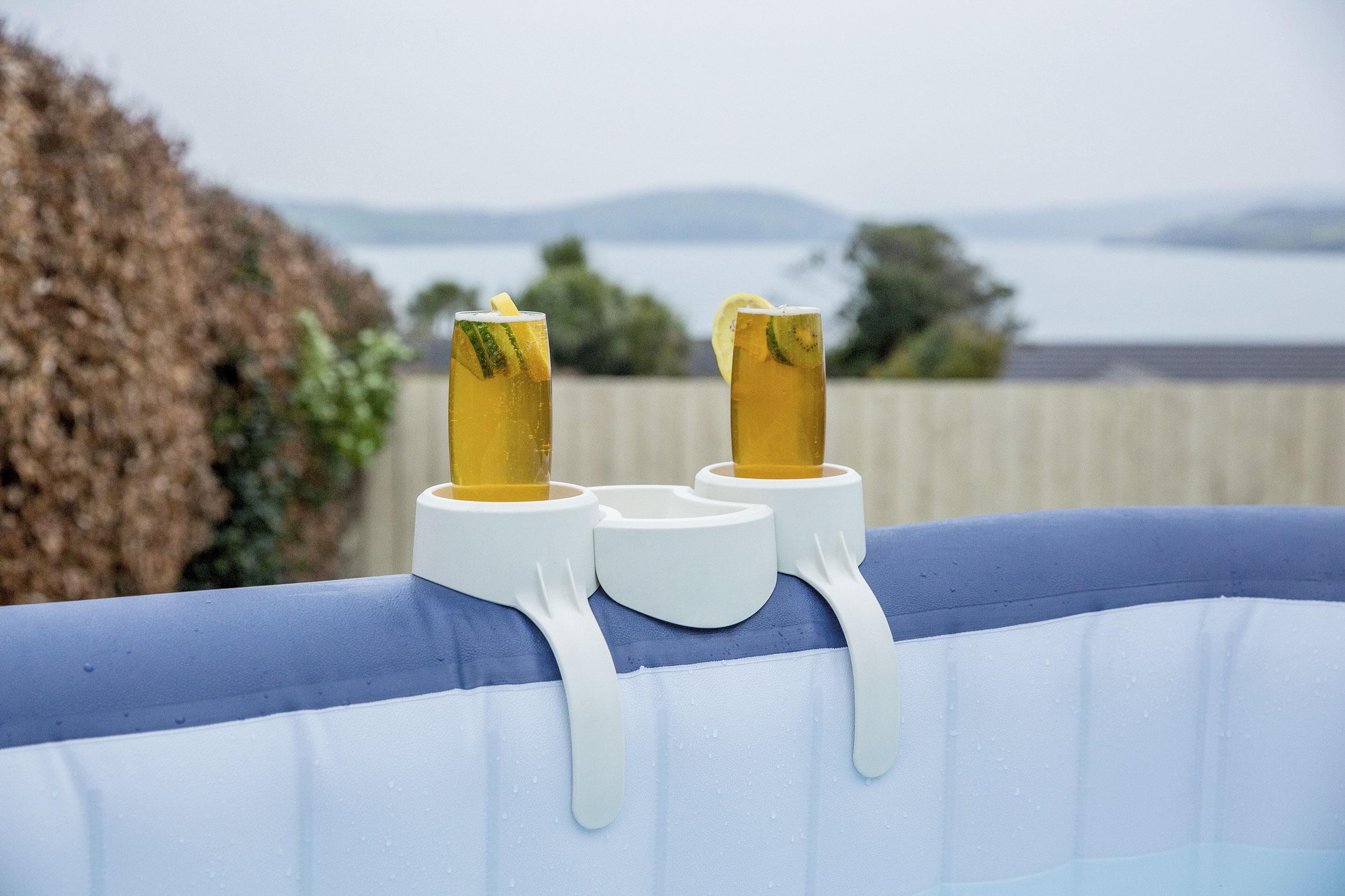 Aufblasbarer Whirlpool mit einem Getränkehalter und Snackablage